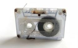 20年前に失くしたお気に入り曲のカセットテープが、美術展で展示されていた