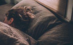 恋人のシャツの匂いでよく眠れる、睡眠サプリと同じ効果:大学調査結果