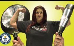 フライパンを素手で「丸める」、ドイツ人女性がギネス世界記録