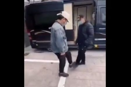 握手の代わりに足で挨拶、中国人のユニークな動画が話題に