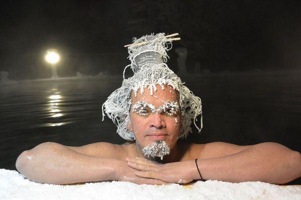 カナダの温泉地で、凍りついたユニークな髪型を競うコンテストを実施中