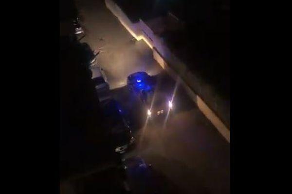 新型コロナで自宅待機を求めるパトロールカー、イタリアの夜に不気味な声が響く