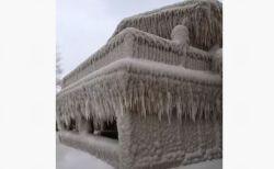 米の湖付近で、気温低下と強風により見事な「氷の城」が出来上がる