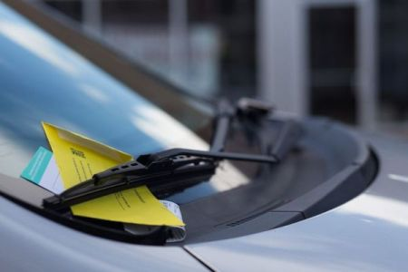 駐車違反の罰金は収入に応じて決められるべき?米の市議会で議論