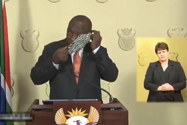 南アフリカの大統領、国民にマスク着用を促すも自ら上手く着けられず、もがく