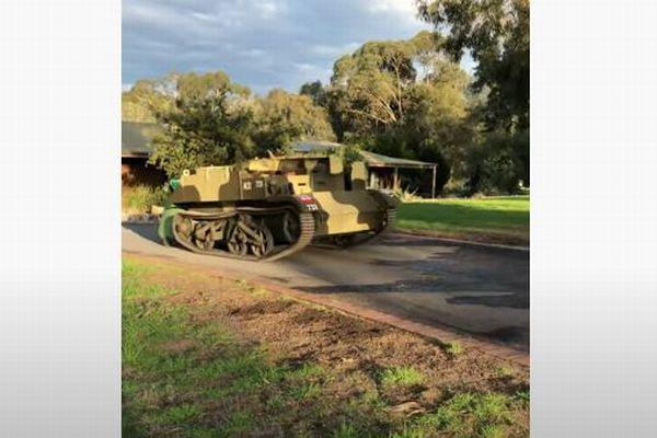 新型コロナの影響で戦車を使ってゴミ出し?豪で撮影された動画がユニーク
