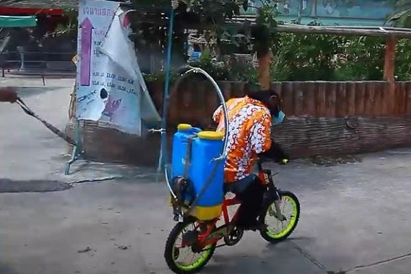 マスクをしたチンパンジーが園内を消毒?タイの動物園、新型コロナ対応めぐり炎上