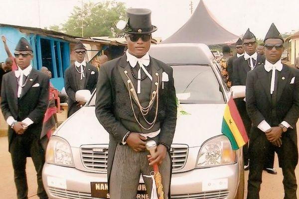 柩を担ぎながら踊るガーナの男たち、ネットで「柩ダンサーズ」が人気
