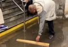 【米国】地下鉄駅が浸水、気を利かせたホームレス男性が賞賛を集める