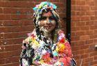 マララさんがオックスフォード大の課程を修了、伝統の紙吹雪まみれの姿を披露