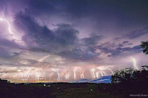 無数の稲妻が火山を覆う…メキシコで撮影された合成写真が大迫力