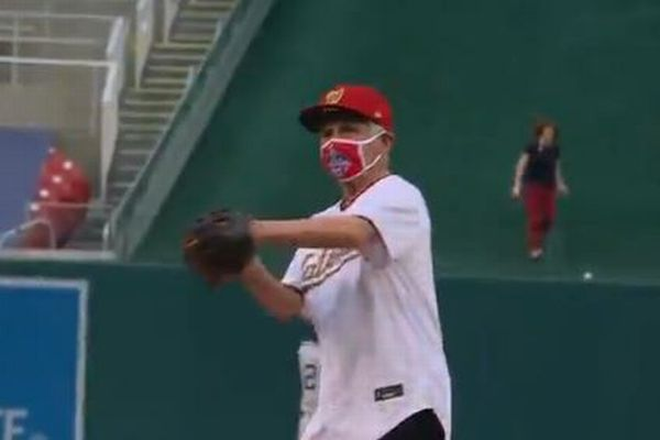 メジャーリーグの始球式にファウチ博士が登場、大きくボールがそれてしまう