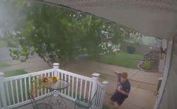 青年が家を出た瞬間、突然巨大な木が倒れてきた!その瞬間を捉えた動画が恐ろしい