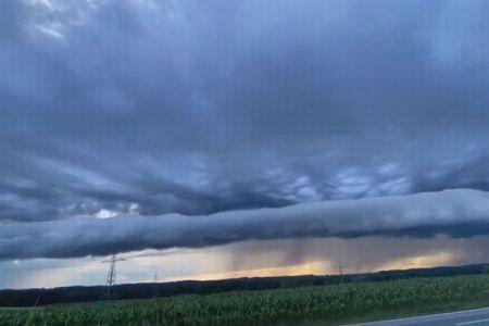 ドイツ南部の上空に異様な雲が出現、横に広がり津波のように押し寄せる【動画】