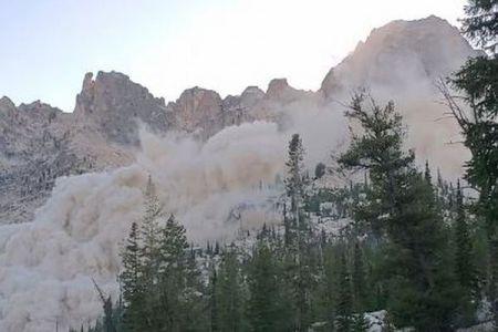 米でM4.2の地震が発生、わずかな揺れにもかかわらず山の斜面が崩壊