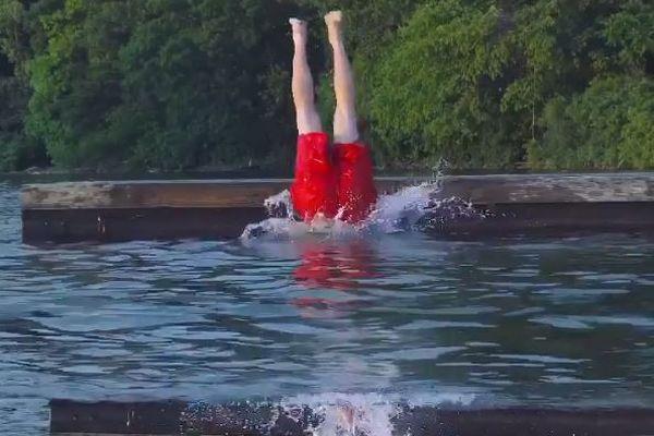 湖に飛び込んだと思ったら、桟橋に上がってきちゃった!ビデオ製作者の動画がユニーク