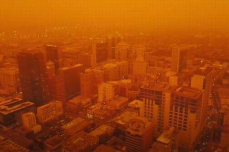 オレンジ色に染まる街…山林火災の煙が漂う米西部で異様な光景