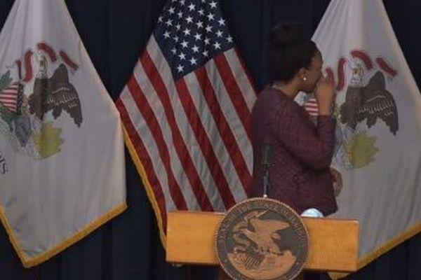米イリノイ州で新型コロナの感染者が急増、記者会見で担当者も涙を拭う