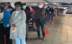 米大統領選で期日前投票を実施、投票所から長蛇の列が伸びる