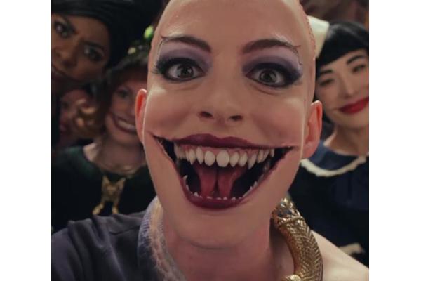 アン・ハサウェイがインスタに公開した、新作映画の魔女姿にビビる