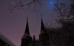 今年のハロウィーンの夜は、珍しい「ブルームーン」が夜空に浮かぶ
