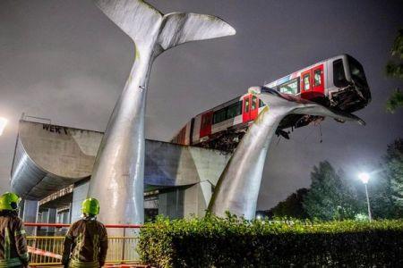 オランダで電車が暴走、運良くアート作品に支えられて落下を逃れる