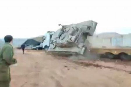 操縦ミスでイスラエルの戦車が横転、ド派手にひっくり返ってしまう