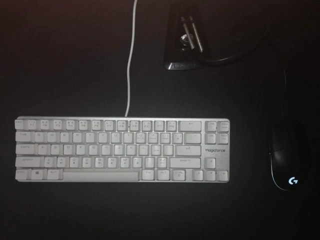 A black computer mouse and keyboard  Description automatically generated