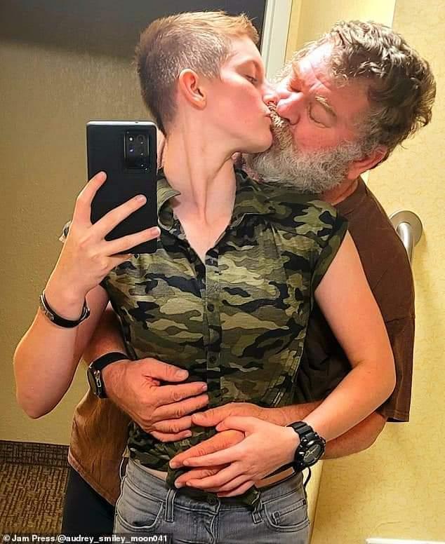 Une femme militaire de 19 ans mariée à un homme de 61 ans partage leur histoire d'amour (photos)