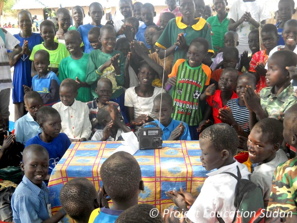 Estudantes no Sudão do Sul ouvir o seu programa de rádio de ondas curtas favorito, VOA Aprender Inglês.