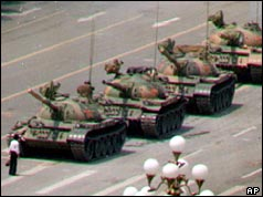 Tiananmen Square_man_blocks_tank_238