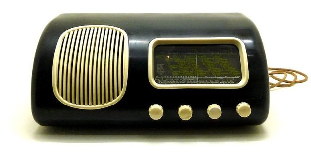 Beolit 39 from 1938, B&O's first Radio in Bakelite (Source: Wikipedia, image by Theredmonkey)
