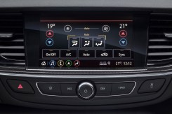 Push-button comfort: The climate control of the Opel Insignia is also adjusted via the touchscreen of the new Multimedia Navi Pro infotainment system.