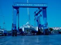 Unsere ME im Kran in Alicante mit Captain davor