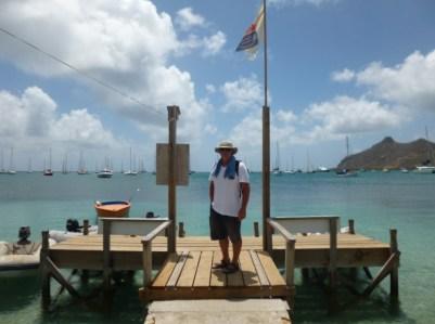 Der Captain am Dinghi-Steg in der Tyrrel Bay