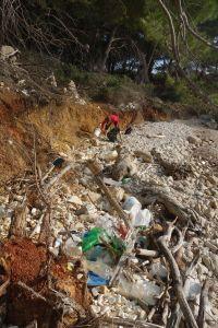 Vermüllte Bucht auf Lastovo