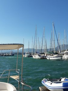 Da war sie noch da, die Andrea - das große Boot unterhalb des Nachbar-Bimini