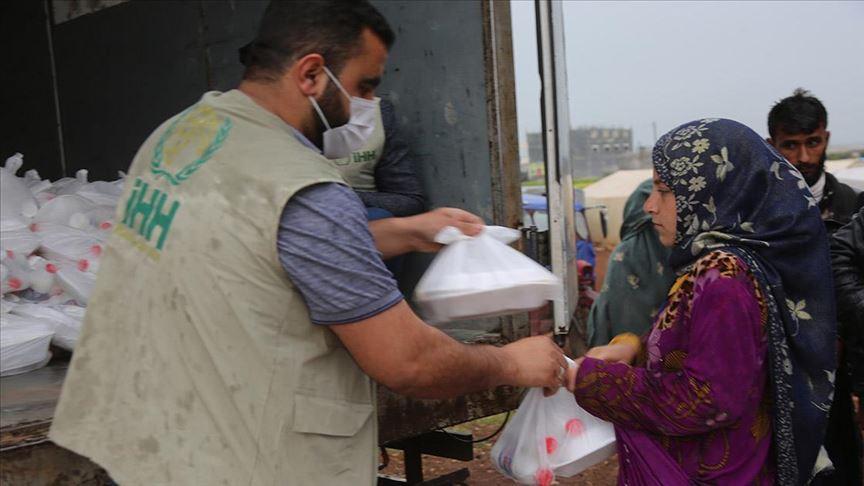 الإغاثة التركية.. توزع وجبات إفطار على نازحين شمالي سوريا