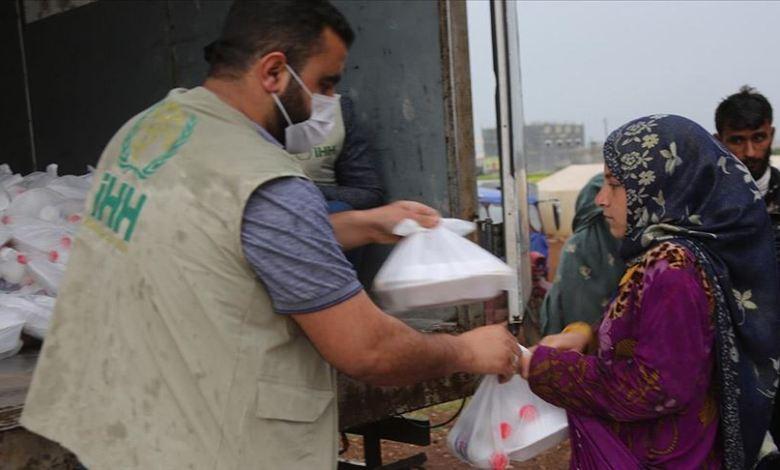 التركية السوريه - الإغاثة التركية.. توزع وجبات إفطار على نازحين شمالي سوريا