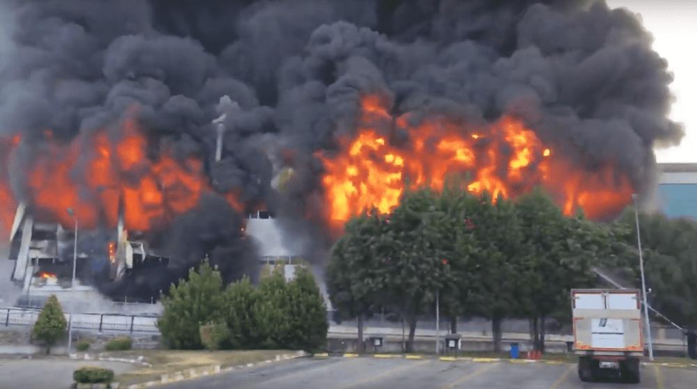 شاهد الحريق الضخم الذي التهم أحد المصانع.في إسطنبول