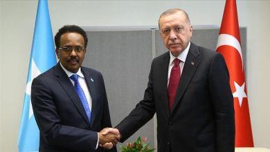 صورة في رسالة من الرئيس أردوغان إلى محمد عبد الله فرماجو، رفقة المساعدات الطبية التركية المقدمة لمقديشو