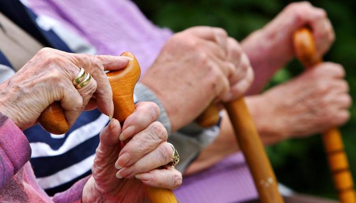 الأوقات المسموح فيها للمسنين الخاضعين للحجر الصحي بالتجول