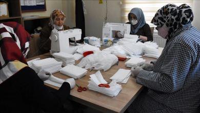 صورة سيدات تركيات.. يتطوعن لإنتاج كمامات طبية توزع مجاناً