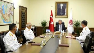 صورة وزير الدفاع التركي يستقبل قائد القوات البحرية الليبية بأنقرة