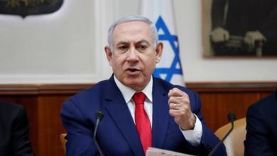 """صورة نتنياهو يعرض صور """"مخزن أسلحة لحزب الله"""" ونصر الله يكذبه ويعتبره تحريضاً"""