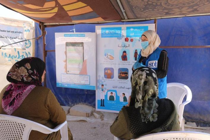 جلسات توعوية للحدّ من مخاطر فيروس كورونا المستجدّ في مخيمات إدلب
