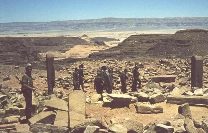 صور تكشف لأول مرة تظهر موشيه ديان وجنود في أثناء سرقة الآثار