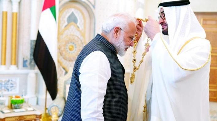 محمد بن زايد في أثناء تقليد رئيس وزراء الهند وسام زايد أعلى وسام في الإمارات