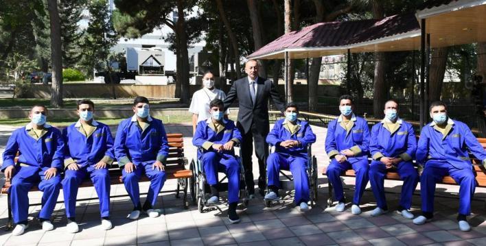 علييف يتفقد الجنود الأذربيجانيين في المستشفى