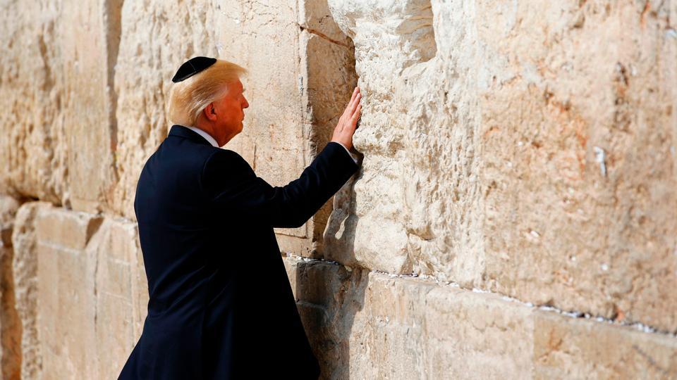 قبل أسابيع من الانتخابات راجت أنباء عن تصريح ترمب بأن بلاده ليست معنية بالشرق الأوسط من أجل النفط بل من أجل حماية إسرائيل